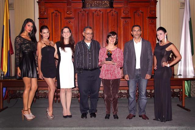 Mesa Principal del Defenzoor del Año 2013 en compañía de representantes de Miss Mundo. (Foto: Camilo Arango)