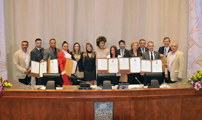 Mesa Directiva del Concejo de Medellín con los Condecorados